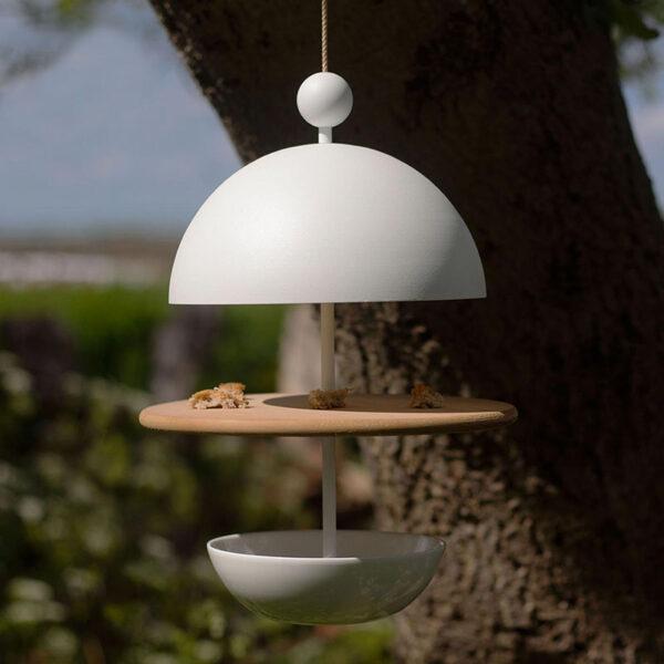 """Frederik Roijé liet zich voor Dish of Desire inspireren door mooi gedekte tafels. """"Je creëert met deze designvoederplaats een feestmaaltijd voor onze kleine vogelvrienden"""", aldus de ontwerper."""