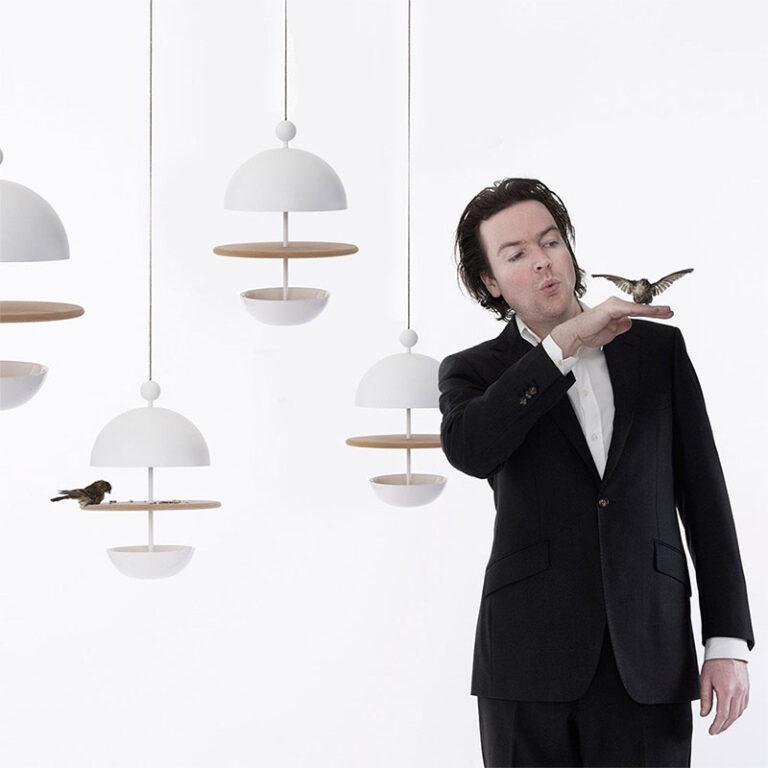 Met Dish of Desire maak je dus van je tuin of balkon een sterrenrestaurant voor vogels! De design voederplaats voor vogels is geïnspireerd op fraai gedekte tafels. Ontwerp: Frederik Roijé