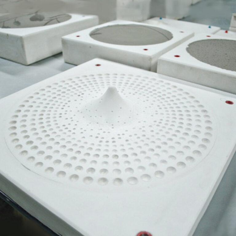 De Drops design schalen zijn dubbelwandig gegoten met een opening aan de onderzijde waardoor ze ook aan de wand kunnen hangen. Elke schaal is aan de onderzijde gesigneerd.