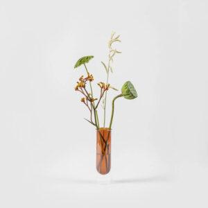 De Flower Tube vaas lijkt te zweven. Hoe dat kan? Hij bestaat uit 2 delen waarbij het gekleurde deel in een transparante glazen cilinder hangt.