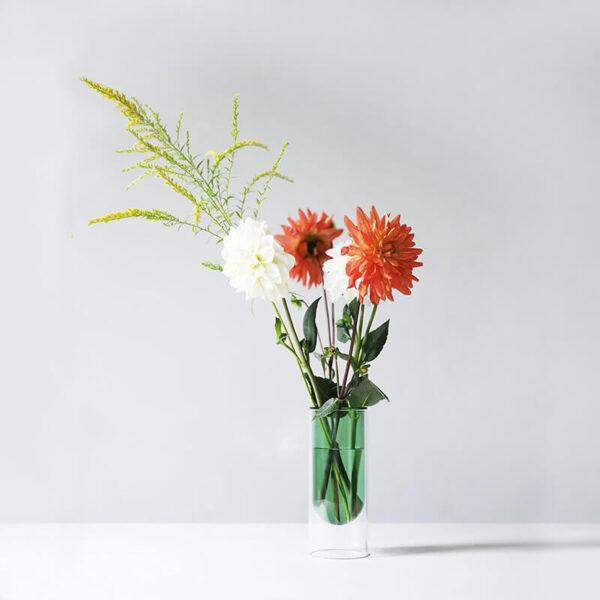 De glazen Flower Tube is een moderne en minimalistisch vormgegeven vaas. Opvallend door het zwevende effect.