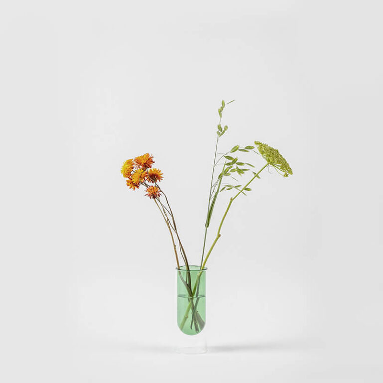 De Flower Tube, handgeblazen vaas, is minimalistisch vormgegeven en lijkt te zweven. Dit is de lage variant.