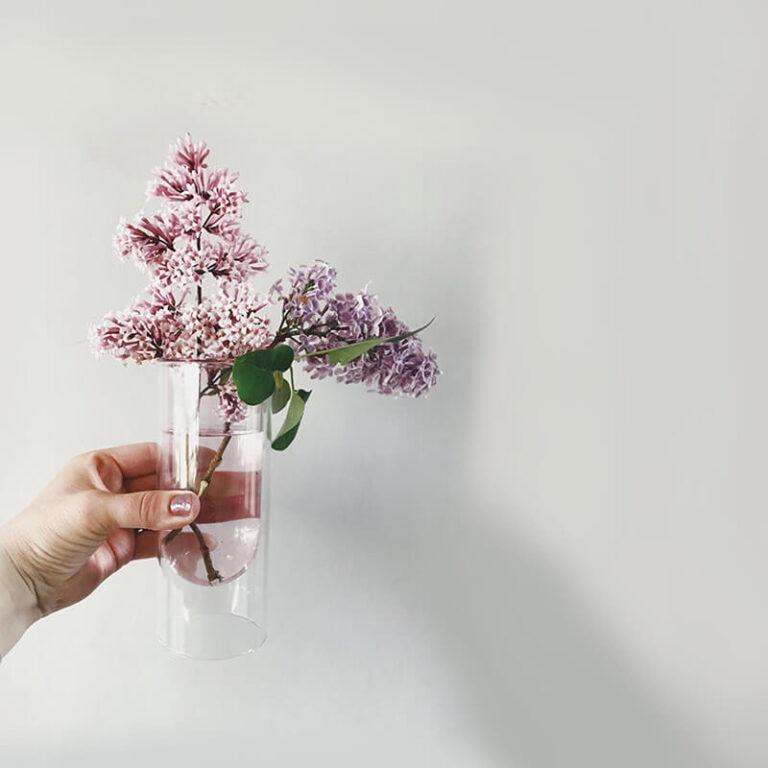 Voor elke Flower Tube heb je maar 1 of 2 bloemen nodig om er een oogstrelend en kleurrijk stilleven van te maken. Hier met seringen.