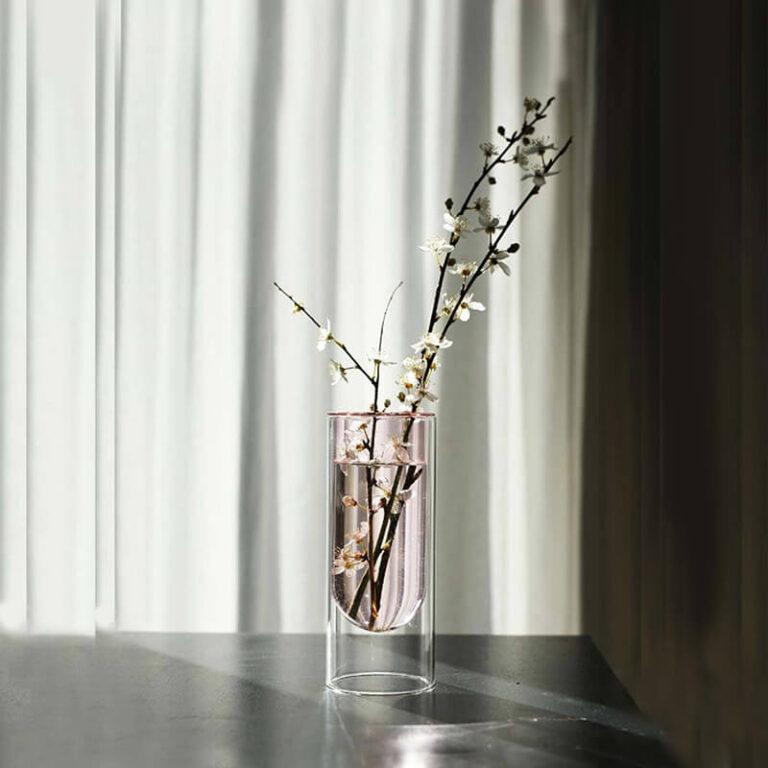 Om de glazen design vaas Flower Tube te laten stralen heb je maar een paar bloementakken nodig. Ontwerp Studio About.