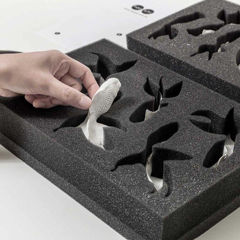 De losse onderdelen van de Goldfish klok van Hao Shi zijn extreem goed verpakt in schuimrubber.