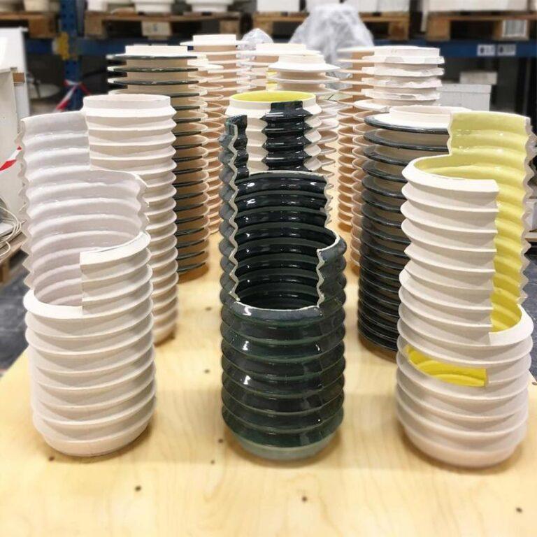 De Insulator design vazen van David Derksen worden met de hand gemaakt bij Cor Unum. U koopt ze bij Heeej.nl
