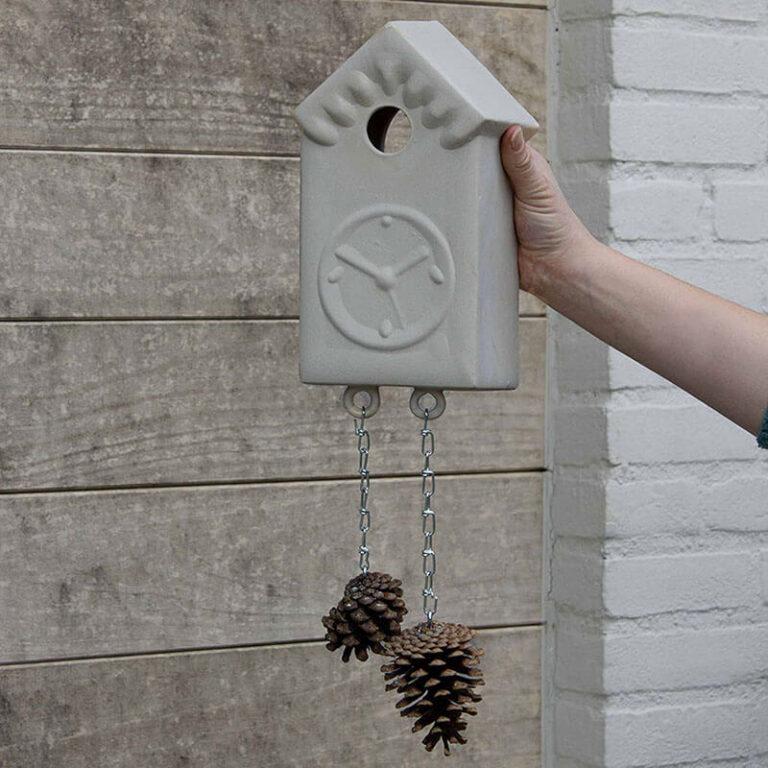 Het vogelhuis Vroege Vogels is van steengoed gegoten en daardoor winterhard. Het is op ambachtelijke wijze gemaakt door Cor Unum.
