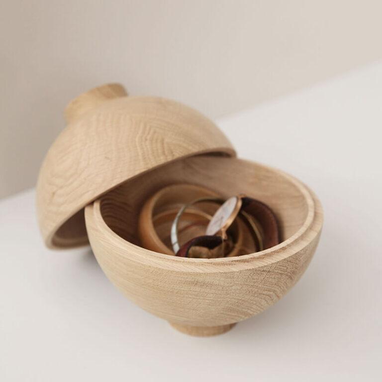 Je kunt de naturel houten Sphere container gebruiken om bijvoorbeeld je sieraden in op te bergen. Gemaakt in de EU.