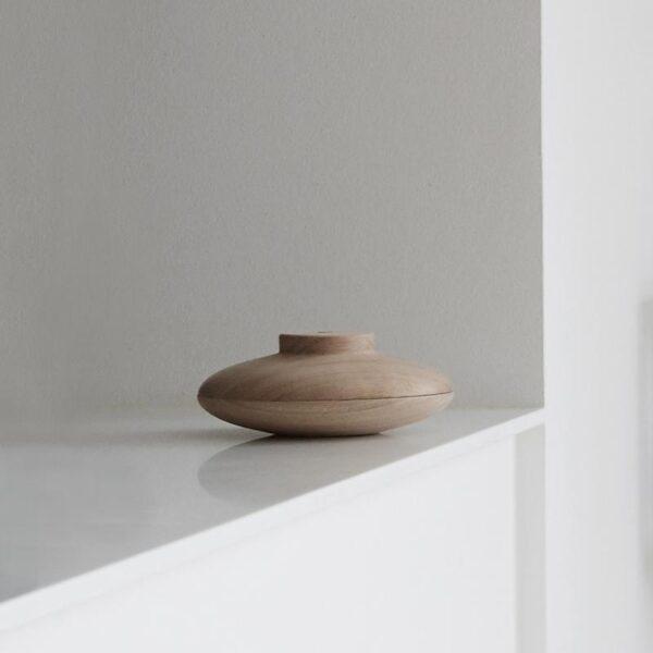 De houten Galaxy is een plat schaaltje met deksel. Een prachtig object om ergens neer te zetten. Ontwerp Kristina Dam.