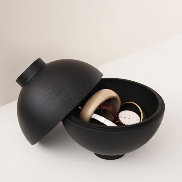 Je kunt de zwart houten Sphere container gebruiken om bijvoorbeeld je sieraden in op te bergen. Gemaakt in de EU.