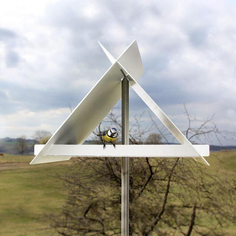 Het Kruisdak vogelhuis bestaat in feite uit 3 metalen platen die je gemakkelijk in elkaar klemt met als resultaat een fantastisch modern design vogelvoederstation.