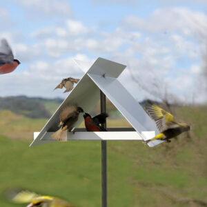 Vogels zitten hoog en droog in het design Kruisdak vogelvoederstation: enigszins beschut tegen weersinvloeden en op veilige afstand voor bijvoorbeeld katten.