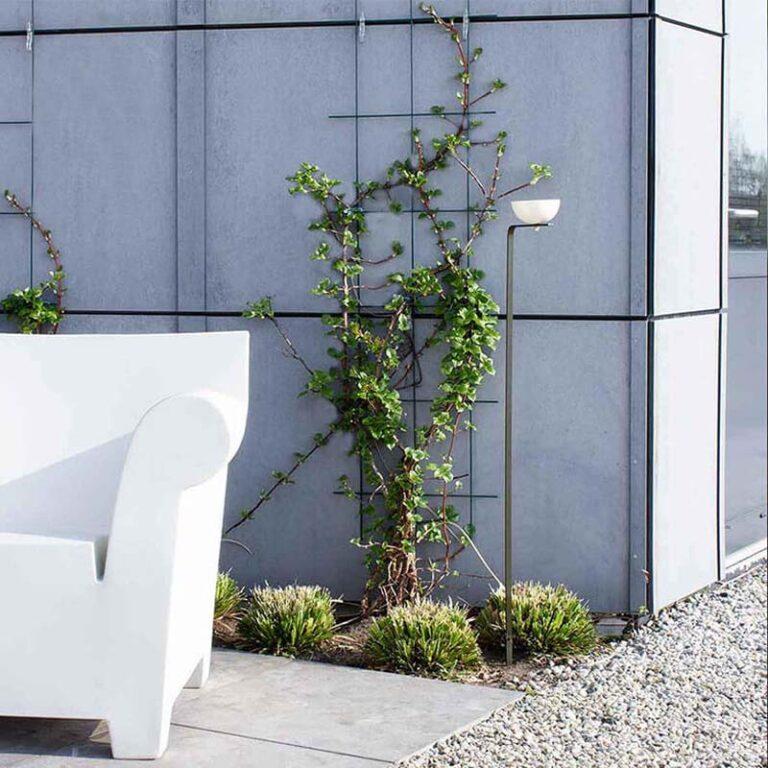 Matteo is een elegant vogelbad en -voederschaal in één. Het ontwerp bestaat uit een metalen, vrijstaande gebogen houder waarop een schaal bevestigd is.