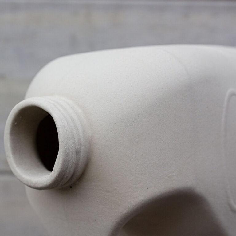 De ingang van het vogelhuisje Melkmusje is de hals van een melkcontainer. Je ziet op deze detailfoto de ribbels van de schroefdop.