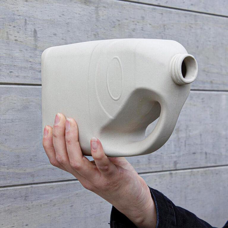 Een zijaanzicht van Melkmusje, een vogelhuisje in de vorm van een melkcontainer. Gemaakt bij Cor Unum.