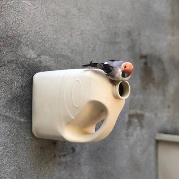 Melkmusje zo heet dit originele vogelhuisje in de vorm van een melkcontainer. Vogeltjes kunnen door de hals naar binnen.