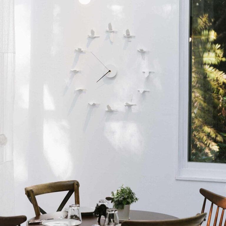 12 witte ganzen vliegen om het uurwerk van de Migrant X klok. De klok heeft een diameter van 55 tot 65 cm.