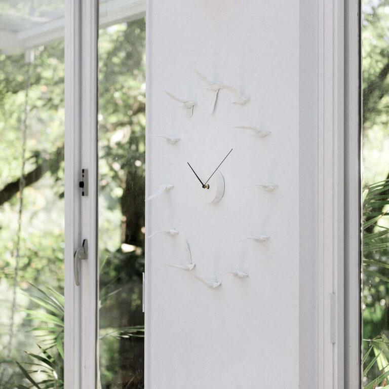De Migrantbird klok design klok is hangend aan de muur heel subtiel maar tegelijkertijd een echte eyecatcher. Design Hao Shi.