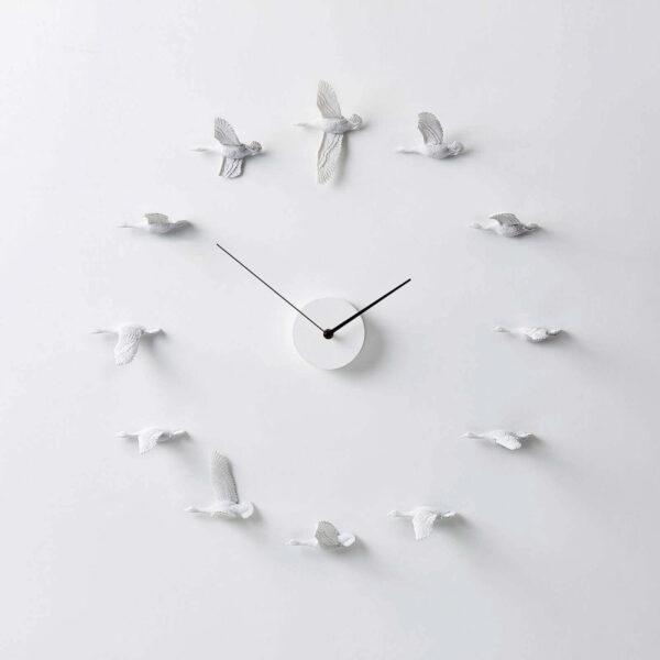 De Migrantbird klok bestaat uit 12 witte ganzen die om het uurwerk vliegen. Elke gans is anders en vliegt op de positie waar je normaal een cijfer ziet.