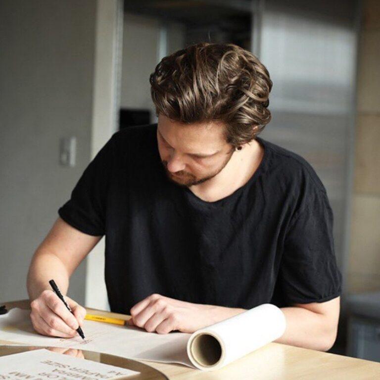 De Deense architect Mikkel Lang Mikkelsen van Studio About is de ontwerper van deze met de hand geblazen kaarsen. In het kort werkt glasblazen als volgt: glas verhit men naar een hoge temperatuur zodat het dik-vloeibaar wordt. Daarna blaast men er lucht in zodat het materiaal gevormd kan worden. Alleen zeer ervaren glasblazers beheersen deze techniek tot in perfectie.