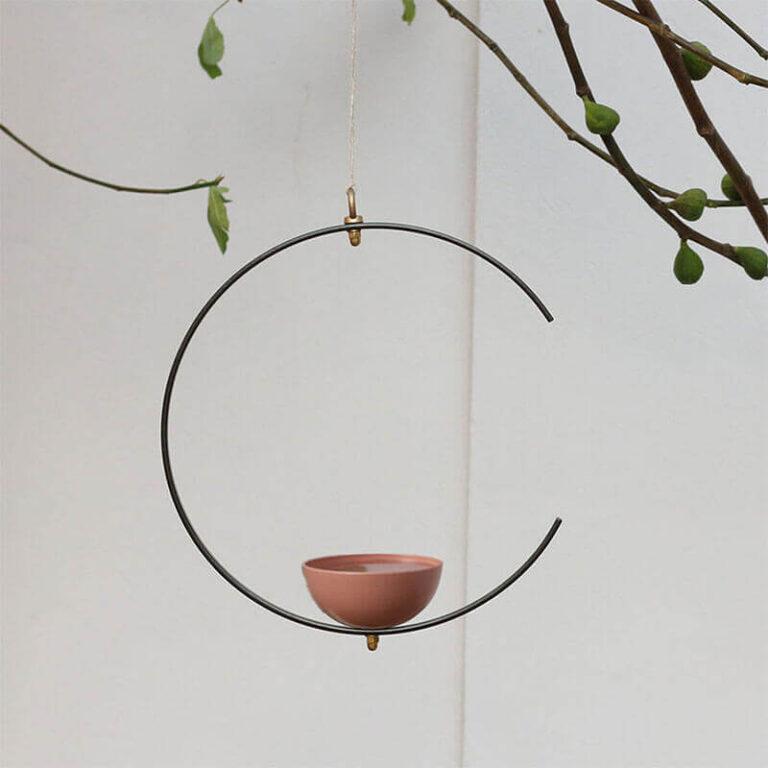 Milla is een beeldschoon hangend design vogelvoerderstation en vogelbad in één. Het ontwerp bestaat uit een metalen, niet gesloten ring waarop een schaal bevestigd is. Deze kun je afwisselend gebruiken voor vogelvoer of water. Vogels kunnen er dus eten of drinken en baden.