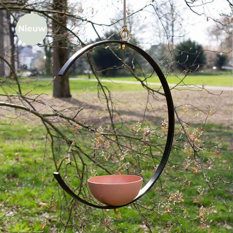 Milla is een beeldschoon hangend design vogelvoerderstation en vogelbad in één. Het ontwerp bestaat uit een metalen, niet gesloten ring waarop een schaal bevestigd is.