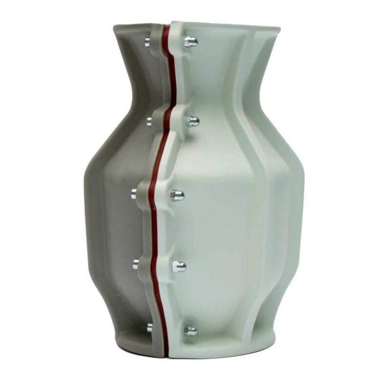 De Carter vaas is een stoere vaas bestaande uit 2 delen die met elkaar verbonden zijn door forse schroeven. Ontwerp Floris Hovers