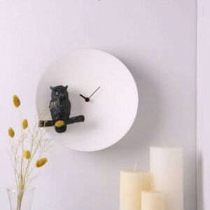 De Moon owl design klok is een volledig handgemaakte klok. Het uurwerk is gegoten van massief kunsthars en dus behoorlijk zwaar. De zwarte uil op de voorgrond houdt de wacht op een zwarte tak (alles in 3D). Een prachtige klok die als het donker wordt een glow in de dark effect geeft.