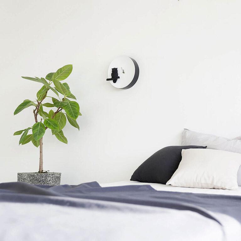 De moderne Moon klok Owl hangt prachtig in de slaapkamer. Als het donker is dan geeft het ronde witte uurwerk een Glow in the Dark effect.