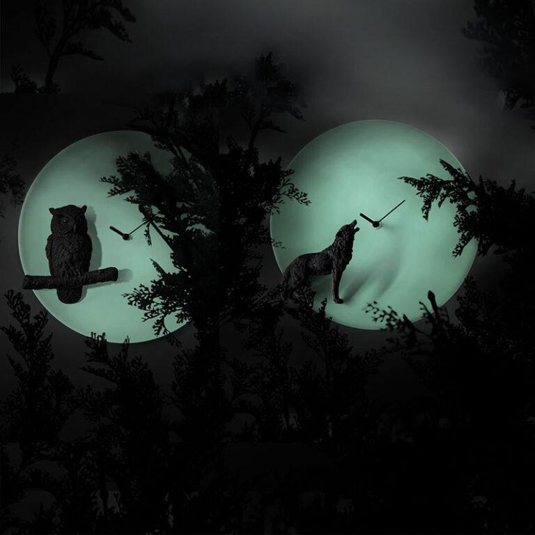Als het donker is dan geeft het ronde witte uurwerk een Glow in the Dark effect. Moderne design klok met zwarte wolf op de voorgrond.