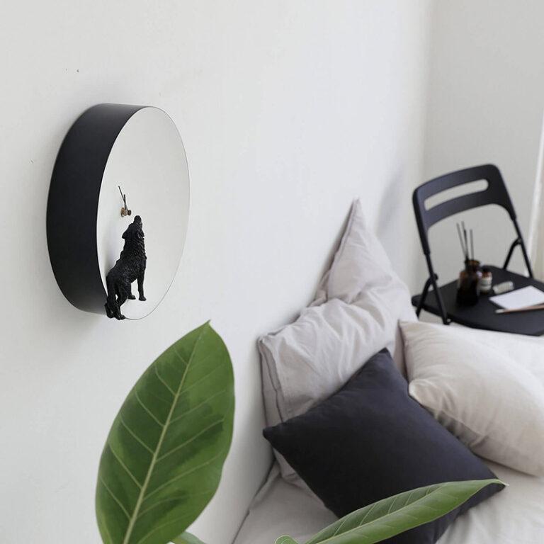 De Moon klok Wolf hangt prachtig in een interieur met zwart wit accenten.