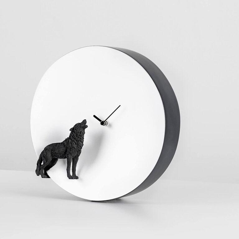 Een zwarte wolf gemaakt in 3D huilt naar de witte ronde klok die de maan verbeeldt. Zwarte wijzers geven de tijd aan.