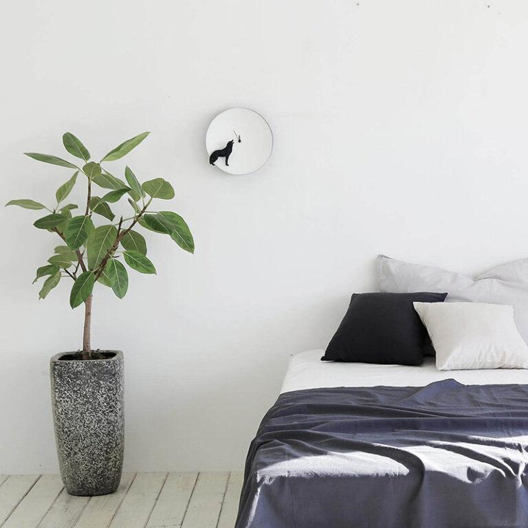 De moderne Moon klok Wolf hangt prachtig in de slaapkamer. Als het donker is dan geeft het ronde witte uurwerk een Glow in the Dark effect.