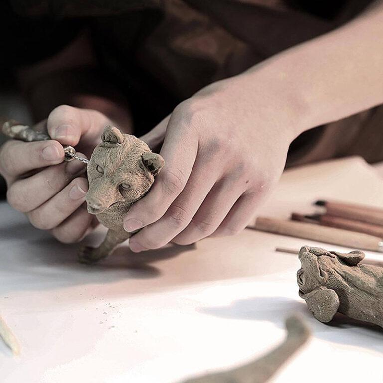 Het maken van de figuurtjes op de klokken is puur handwerk. Ze worden gemaakt van kunsthars en daarna tot in detail uitgewerkt.