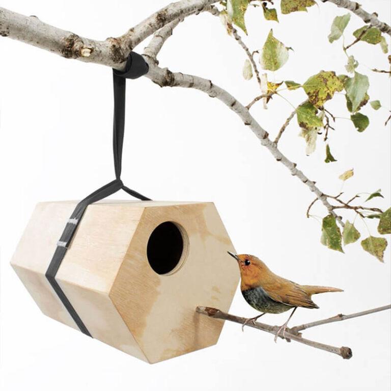 Het 6 hoekige houten vogelhuis NeighBirds is ontworpen voor Utoopic door de succesvolle Spaanse designer Andreu Carulla. Al in 2013 won het nestkastje de European Consumers Choice Award. Een publieksjury reikt de prijs uit aan ontwerpen die innovatief, intelligent en bovendien gebruiksvriendelijk zijn.