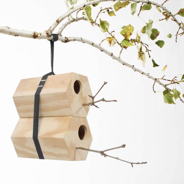 NeighBirds is de toepasselijke naam voor dit originele vogelhuis. Door de hexagon vormgeving (6 hoekige vorm) kun je namelijk vogelhuisjes op verschillende manieren aan elkaar koppelen.