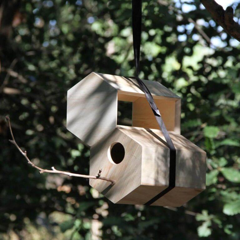 Hang bijvoorbeeld eens het houten voederstation en een nestkastje bij elkaar aan 1 band. Vogels kunnen daardoor dicht bij huis foerageren. Gemak dient de mus zullen we maar zeggen. Door de hexagon vormgeving kun je het vogelhuisje en nestkastje naar eigen smaak aan elkaar vastmaken.
