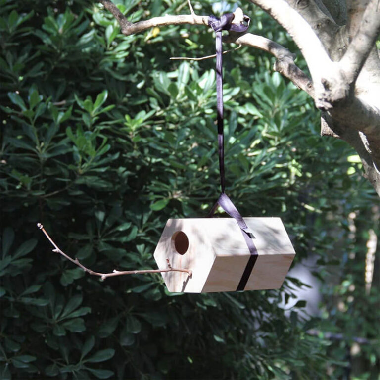 NeighBirds is volledig handgemaakt van hout. Aan de voorkant steek je er zelf een takje in waarop de vogels kunnen neerstrijken. Het geeft bovendien een extra natuurlijk accent aan het geheel waardoor vogels zich er nog meer thuis voelen. Hang NeighBirds bijvoorbeeld op aan een tak.