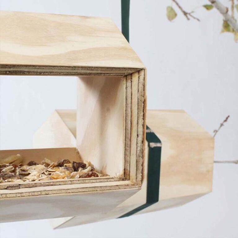 De design vogelhuisjes van NeighBirds zijn volledig handgemaakt van vurenhout. Dit heeft een mooie natuurlijke uitstraling. Voor een lange houdbaarheid hebben we ze stuk voor stuk voorzien van een vernis op waterbasis.