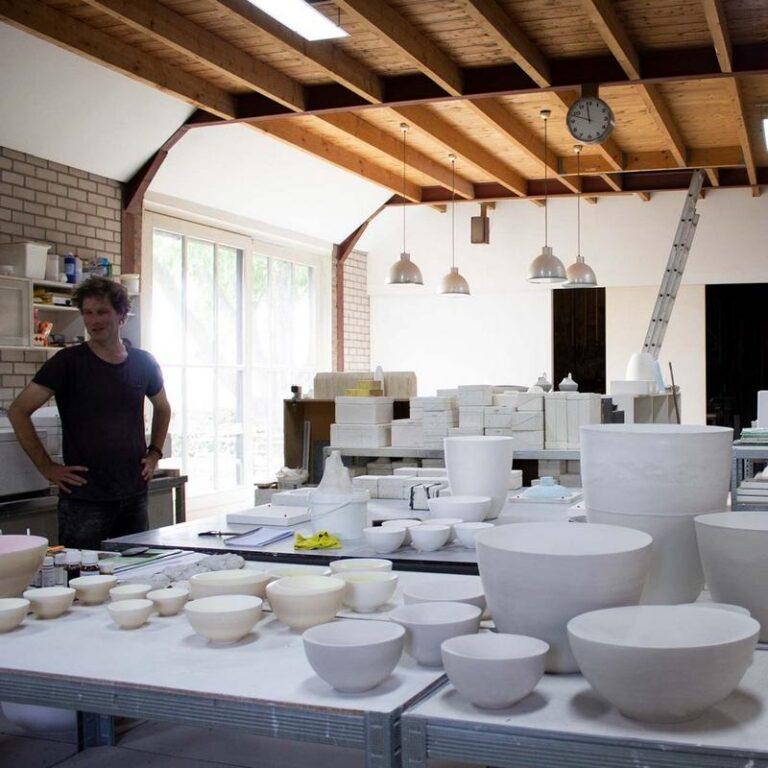 Olav Slingerland in zijn atelier waar Puntkommen in allerlei maten staan te wachten om afgewerkt te worden.
