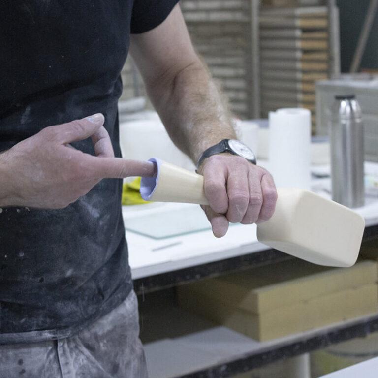 Olav Slingerland is bezig met de afwerking van de kleine Piso vaas.