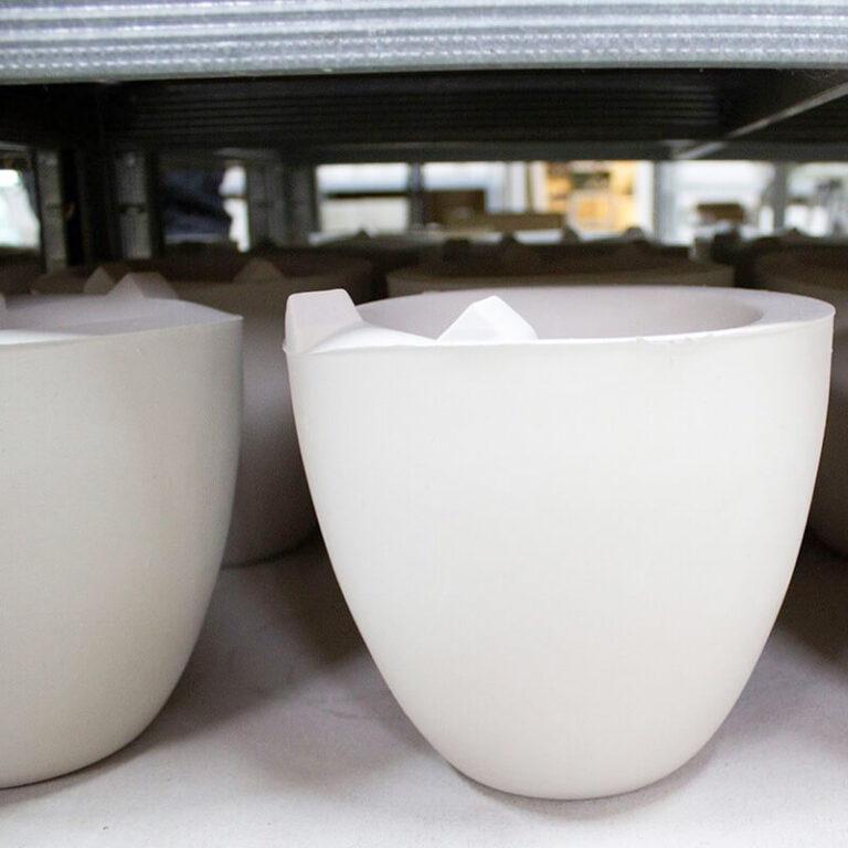 In het atelier van Olav Slingerland staan de Samenwoning vazen klaar om geglazuurd te worden.