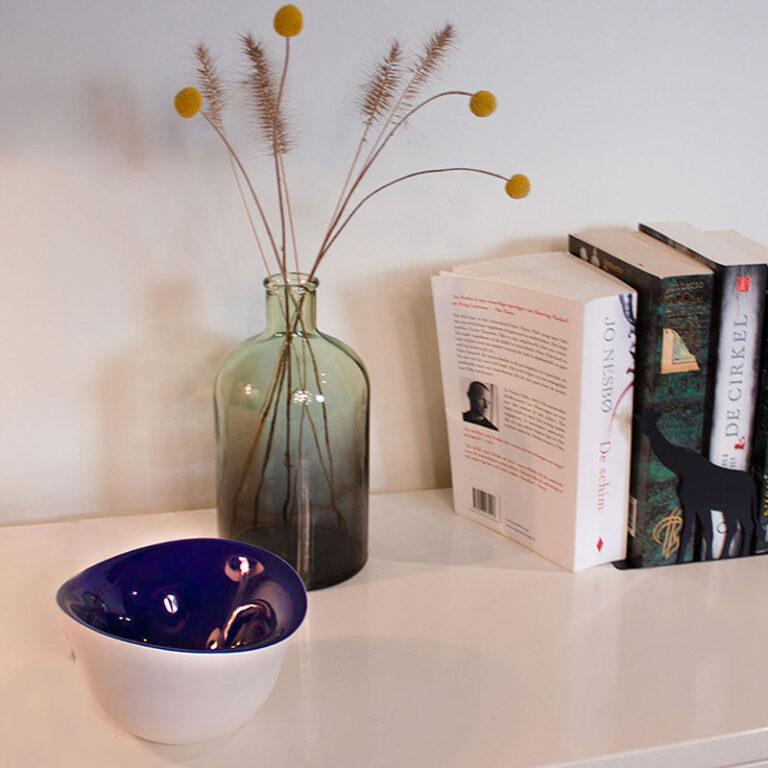 Slow Motion is een tijdloos modern schaaltje met gekleurde binnenzijde. Gemaakt door Olav Slingerland.