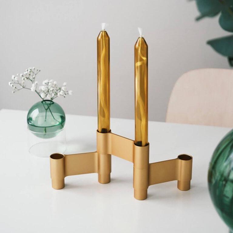 De design oliekaarsen hebben een hoogte van 21 cm en zijn uitgevoerd met een rubberen voet met een doorsnede van 2,2 cm. Dit is een standaard maat. Erg mooi om ze te combineren met de glazen vaasjes uit de collectie van Studio About.