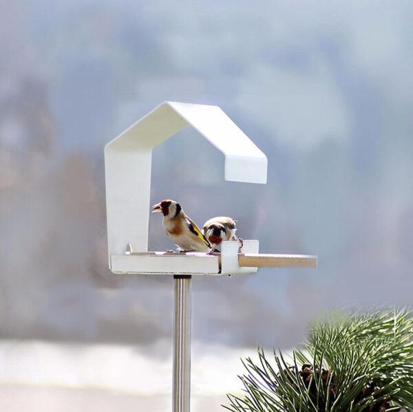 De vorm van het moderne design voederhuisje Petit is mooi door eenvoud en door de witte kleur valt het goed op in je tuin of op je balkon.