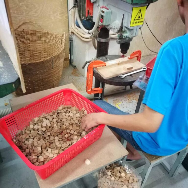 Natuurlijk gebruiken de houtbewerkers gereedschap voor het maken van de Penguins maar het blijft veel handwerk.