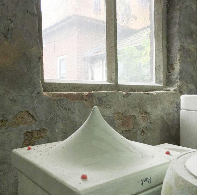 Olav Slingerland in zijn atelier waar de mallen van de kleinste Puntkommen klaar staan om gevuld te worden met gietklei.