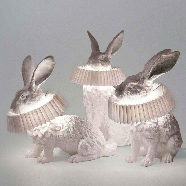 Er zijn 3 verschillende uitvoeringen van de Rabbit X design lamp: een hoog en laag zittend konijn en een versie met het konijn op zijn achterpoten.