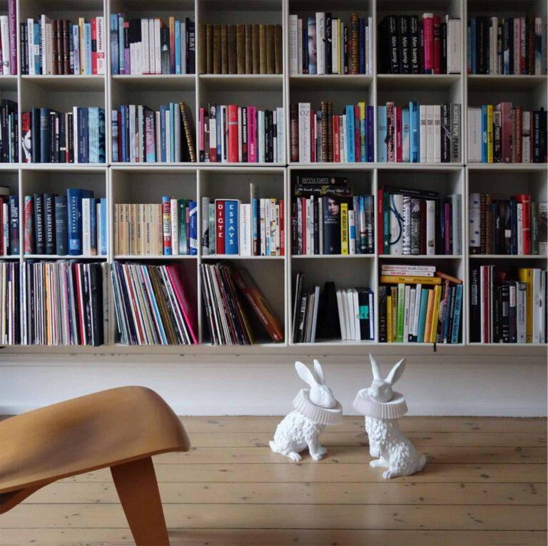 De Rabbit X lampen zijn lampen in de vorm van konijnen. Ze zijn bijna levensecht. Hier zittend op de grond voor de een grote boekenkast krijg je een goed idee van het formaat.