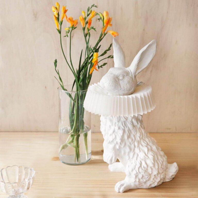 De Rabbit X design lamp is een prachtig ontwerp van Hao Shi. De lamp is helemaal handgemaakt. Op de uitkijk op zijn achterpoten staat hij eigenwijs in je interieur. Ook als de lamp niet aan is, is het een fantastisch object om te zien.